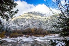 Lago congelado e montanhas nevado em Oregon fotos de stock
