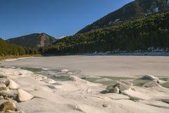 Lago congelado em Andorra com céu azul foto de stock royalty free