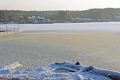 Lago congelado en el frío del invierno Foto de archivo
