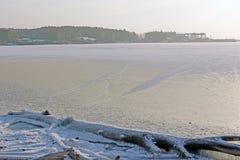 Lago congelado en el frío del invierno Imágenes de archivo libres de regalías