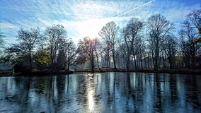 Lago congelado en sol del invierno Foto de archivo libre de regalías
