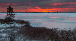 Lago congelado en tundra Imagen de archivo