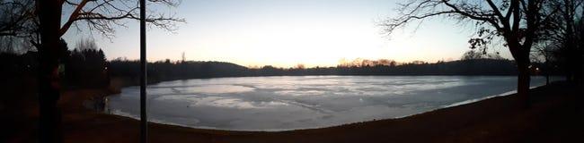 Lago congelado entre florestas imagem de stock
