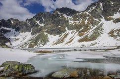 Lago congelado nas montanhas altas de Tatra Foto de Stock Royalty Free