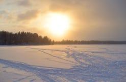 Lago congelado no inverno no por do sol fotos de stock royalty free