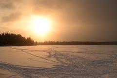 Lago congelado no inverno no por do sol fotos de stock