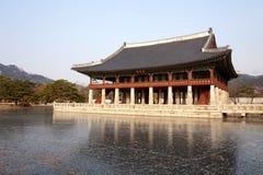 Lago congelado no palácio de Gyeongbokgung em Seoul, Coreia do Sul Imagens de Stock Royalty Free