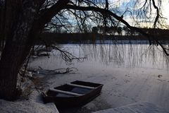 Lago congelado Paisaje del invierno con el lago cubierto con hielo Foto de archivo