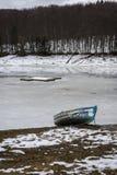 Lago congelado perto das montanhas Imagens de Stock Royalty Free