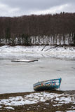 Lago congelado perto das montanhas Imagem de Stock