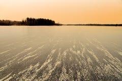 Lago congelado teniendo en cuenta una tarde Foto de archivo libre de regalías