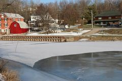 Lago congelado Vermont Vergennes y casa roja imágenes de archivo libres de regalías