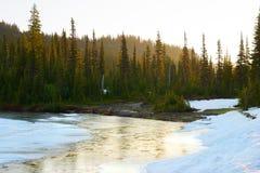 Lago congelato ad alba, supporto Rainier National Park reflection fotografia stock