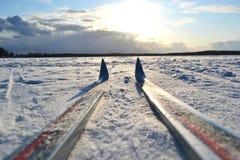 Lago congelato al giorno di inverno soleggiato. fotografie stock