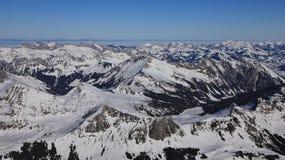 Lago congelato Arnensee e catene montuose innevate Fotografie Stock