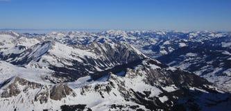 Lago congelato Arnensee e montagna innevata Immagini Stock Libere da Diritti
