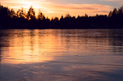 Lago congelato di inverno al tramonto Fotografia Stock