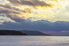 Lago congelato e nuvole gialle Fotografia Stock