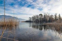 Lago congelato, Italia del Nord Lago Varese nell'inverno da Biandronno e l'isolotto la Virginia, sito importante dei ritrovamenti Fotografie Stock