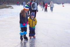 Lago congelato lezioni olandesi del pattino da ghiaccio del fratello piccolo della ragazza, Paesi Bassi Fotografia Stock