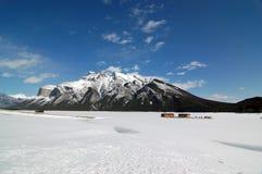 Lago congelato Minnewanka del parco nazionale di Banff Fotografia Stock