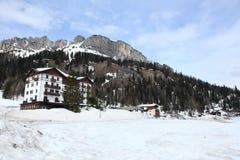 Lago congelato Misurina alle alpi delle dolomia Fotografia Stock