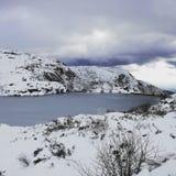 Lago congelato montagna Fotografia Stock Libera da Diritti