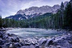 Lago congelato nelle alpi tedesche Fotografia Stock