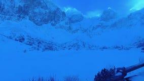 Lago congelato nelle alti montagne di Tatras e picchi Slovacchia della neve stock footage