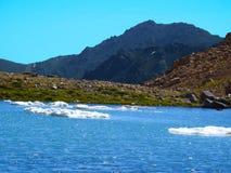 Lago congelato nelle colline pedemontana nell'Iran immagini stock libere da diritti