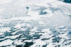 Lago congelato ricoperto d'acqua con ghiaccio e neve, sedere astratte di inverno Fotografia Stock Libera da Diritti