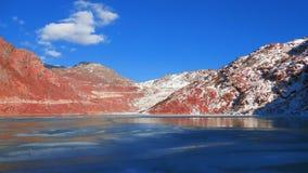 Lago congelato su una montagna himalayana immagini stock libere da diritti