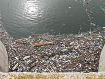 Lago contaminado Contaminación en agua Botellas plásticas Enfermedades y enfermedades fotos de archivo