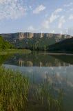 Lago contro il fondo della montagna Fotografie Stock