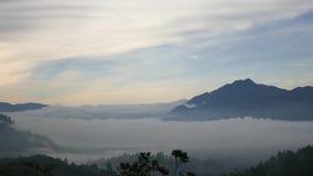 Lago coperto di nuvola e di foschia dall'alta collina archivi video