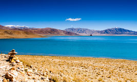 Lago-costa de Rinqin Xubco em Zhongba Fotos de Stock Royalty Free