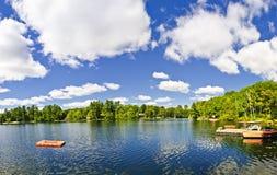 Lago cottage com plataforma e doca de mergulho Imagem de Stock