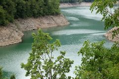 Lago criado pela represa artificial Vagli, Garfagnana, Lucca, Tusca fotos de stock royalty free