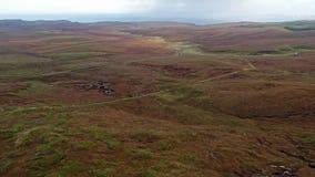 Lago Cuithir y Sgurr un Mhadaidh Ruadh - colina del Fox rojo, isla de Skye, Escocia almacen de video