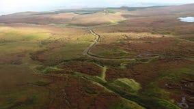 Lago Cuithir y Sgurr un Mhadaidh Ruadh - colina del Fox rojo, isla de Skye, Escocia metrajes