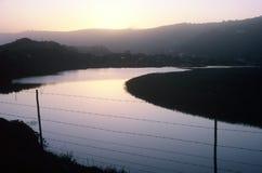 Lago curvo primo mattino con il recinto Fotografia Stock Libera da Diritti