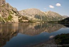 Lago Czarny Staw abaixo do pico de Rysy em montanhas de Tatry Fotos de Stock Royalty Free