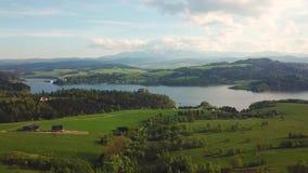 Lago Czorsztyn e vista lontana delle montagne di Tatras stock footage