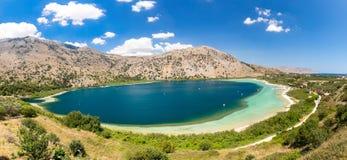 Lago d'acqua dolce in villaggio Kavros nell'isola di Creta, Grecia Acque magiche del turchese, lagune Immagine Stock