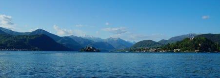 Lago D'Orta, opinión sobre las montañas alpinas, la isla Isola San Julio y la ciudad Orta San Julio Imágenes de archivo libres de regalías