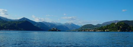 Lago D'Orta, vista em montanhas alpinas, na ilha Isola San Giulio e na cidade Orta San Giulio Imagens de Stock Royalty Free