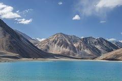 Lago da água de turquesa nas montanhas altas Fotografia de Stock Royalty Free