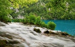 Lago da água e da turquesa de fluxo. Foto de Stock