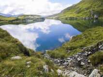 Lago da montanha da alta altitude, cercado por montes Imagem de Stock