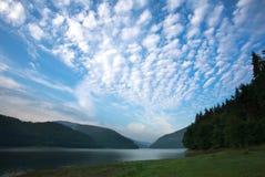 Lago da montanha da paisagem contra o céu azul Fotos de Stock Royalty Free